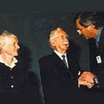 ESCRS, Вена, 1999, Профессор Томас Нёханн (Мюнхен) поздравляет Гарольда Ридли.