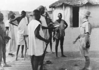 1941г. Майор Королевской Армии Гарольд Ридли (справа) осматривает больных онхоцеркозом (речной слепотой) в деревне Фулнси (Гана).