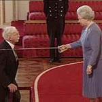 Королева Елизавета Вторая посвящает Гарольда Ридли в рыцари