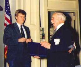 Дэвид Эппл вручает Гарольду Ридли одну из первых наград - звание почётного доктора в 1989г.